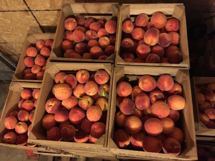 rsz_peaches_in_market